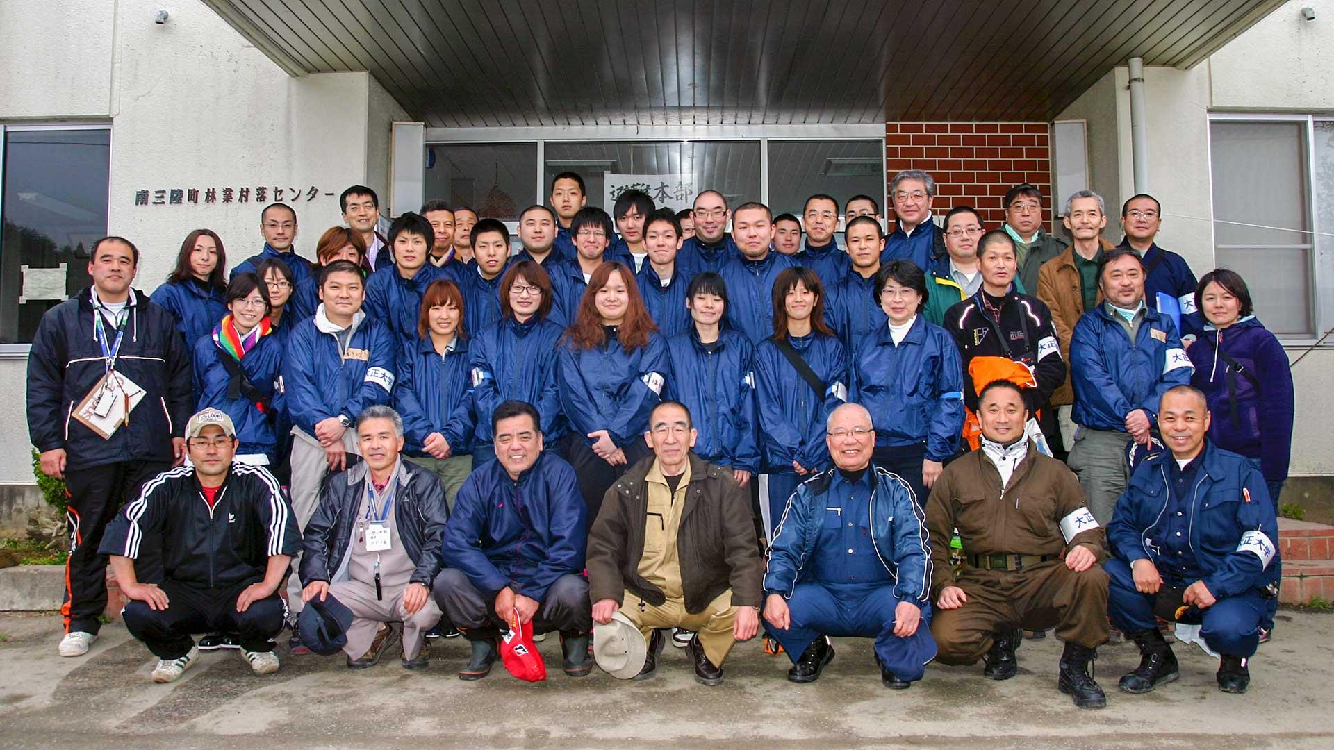 2011年南三陸にて町民と大正大学学生と教職員